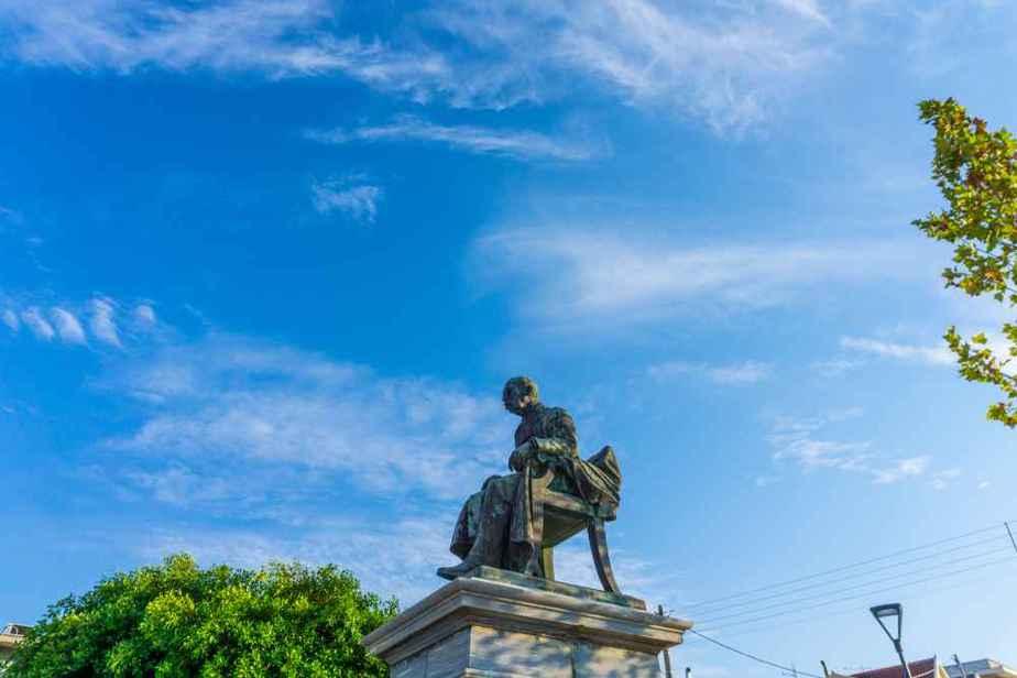 Platz und Statue von Vallianos