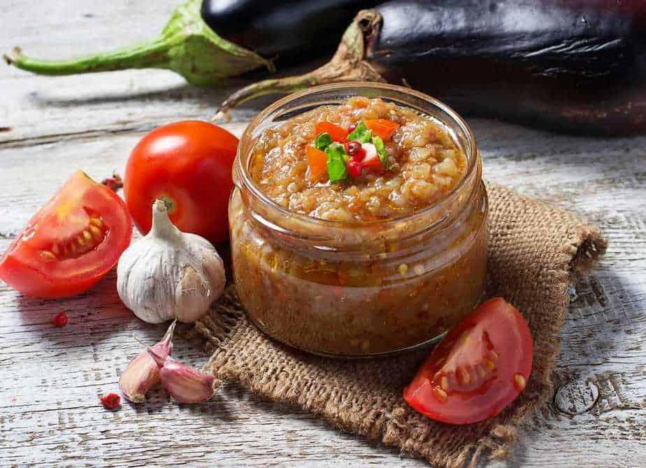 Auberginen-Kaviar (Баклажанная икра) Russische Spezialitäten 25 typisch russische Gerichte, Getränke und Desserts, die Sie probieren sollten