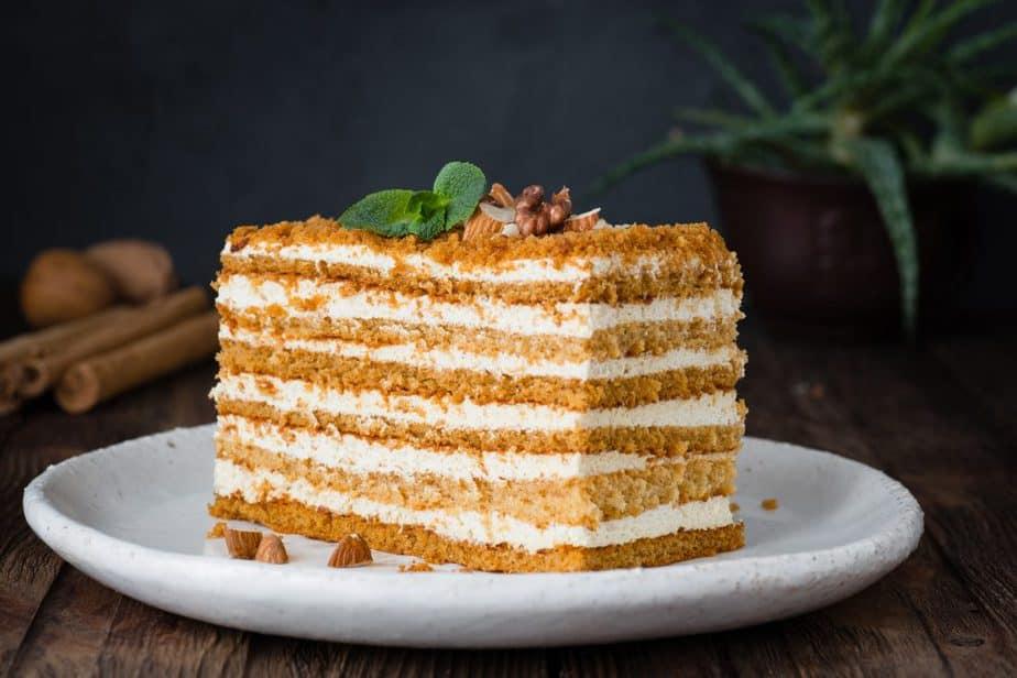 Medowik - Russische Kuchen (Медовик) Russische Spezialitäten 25 typisch russische Gerichte, Getränke und Desserts, die Sie probieren sollten
