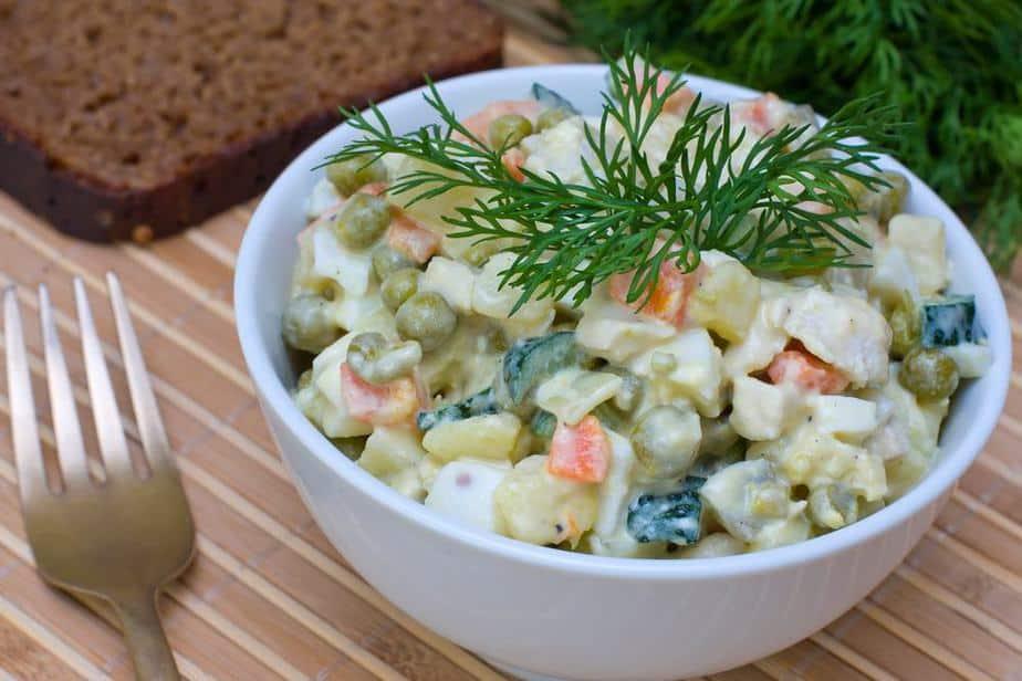 Oliviersalat (Оливье) -  Russischer Salat Russische Spezialitäten: 25 typisch russische Gerichte, Getränke und Desserts, die Sie probieren sollten