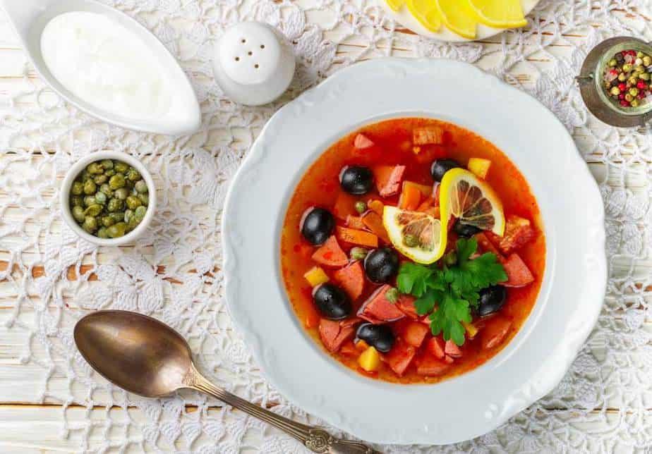 Soljanka (Солянка) Russische Spezialitäten: 25 typisch russische Gerichte, Getränke und Desserts, die Sie probieren sollten