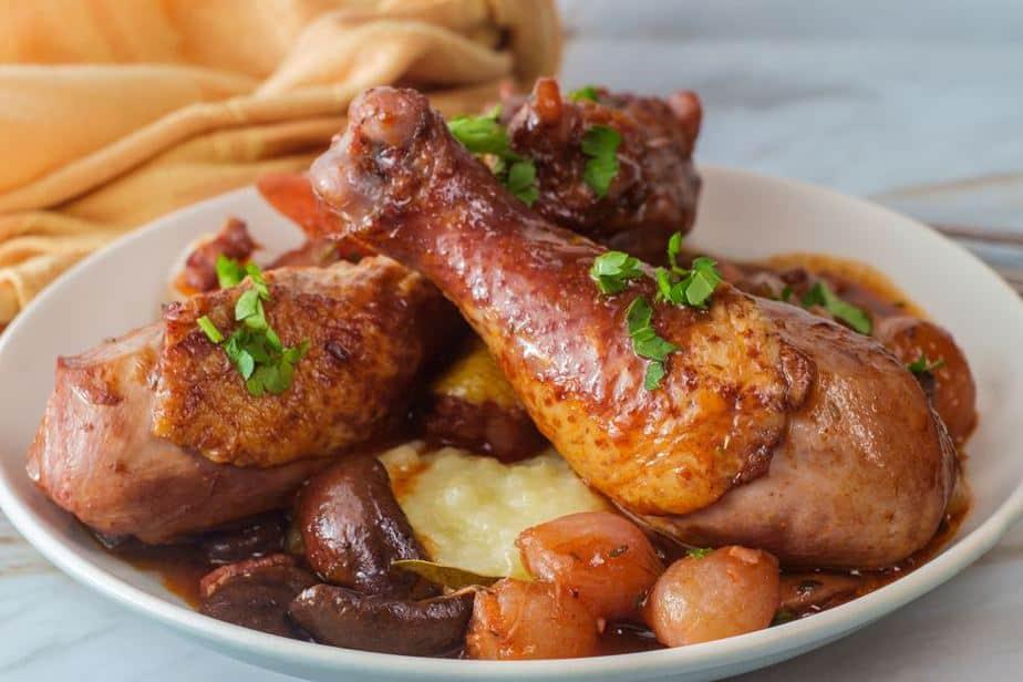 Coq au vin - Hahn in Wein Französische Spezialitäten: 22 typisch Französische Essen, Die Sie Probieren Sollten