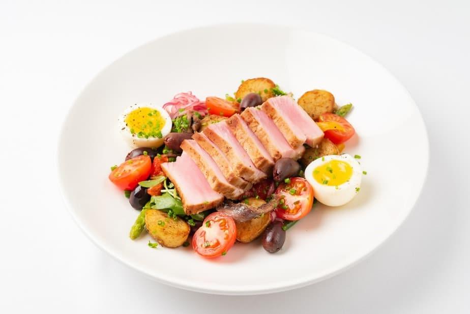 Salade niçoise - Nizza-Salat Französische Spezialitäten: 22 typisch Französische Essen, Die Sie Probieren Sollten