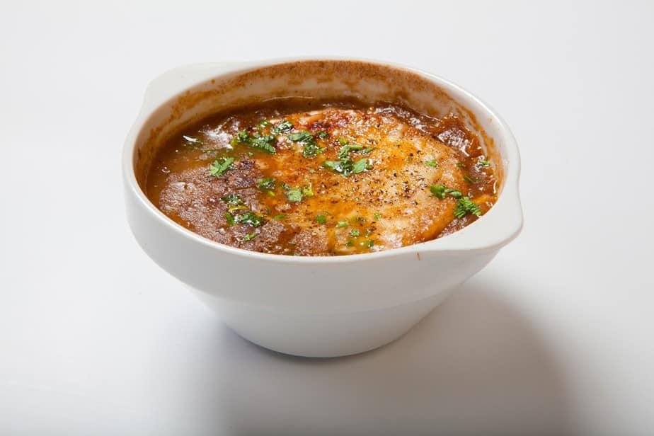 Soupe à l'oignon – Zwiebelsuppe Französische Spezialitäten: 22 typisch Französische Essen, Die Sie Probieren Sollten