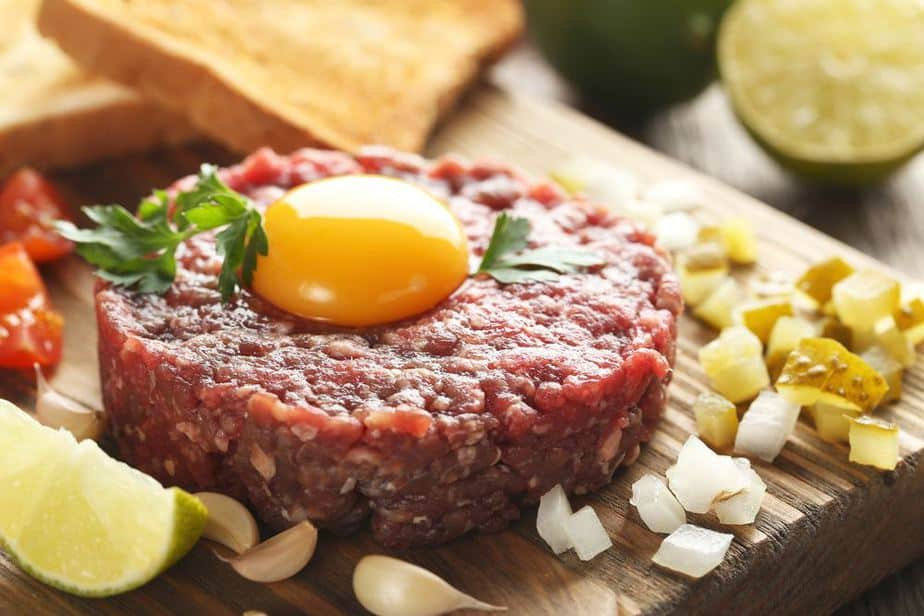Steak tartare - Beefsteak Tatar Französische Spezialitäten: 22 typisch Französische Essen, Die Sie Probieren Sollten