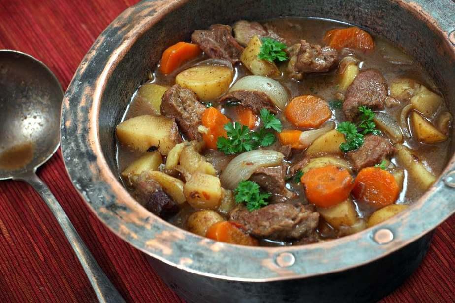 Beef and Guinness Stew - Rindfleisch und Guinness-Eintopf Irische Spezialitäten: 15 Typisch Irland Essen, Die Sie Probieren Sollten