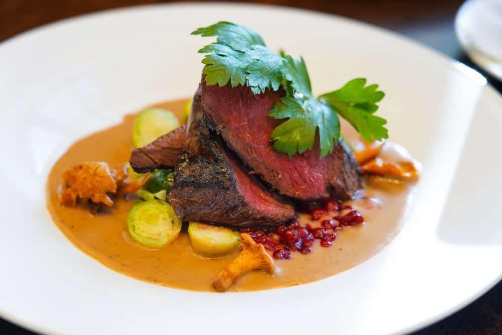 Reinsdyrstek - Rentier-Steak Norwegische Spezialitäten: 21 Typisch norwegische Essen, Die Sie Probieren Sollten
