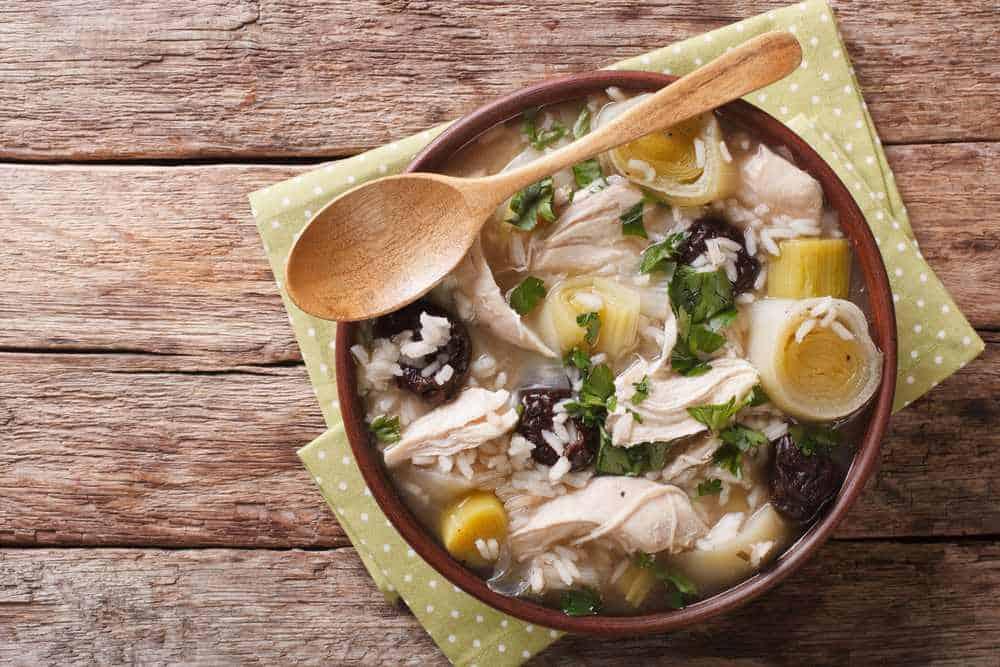 Hahn- und Lauchsuppe Schottisches Essen: 21 Typisch Schottische Spezialitäten und Schottische Gerichte, Die Sie Probieren Sollten