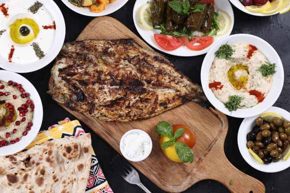 Irakischer Masgouf-Fisch Arabisches Essen: 20 Arabische Spezialitäten, Die Sie Probieren Sollten